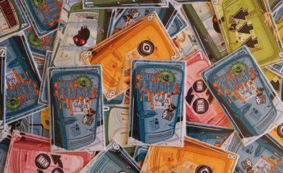 Todo tipo de cartas de Dirty Fridge esparcidas por la mesa de juego
