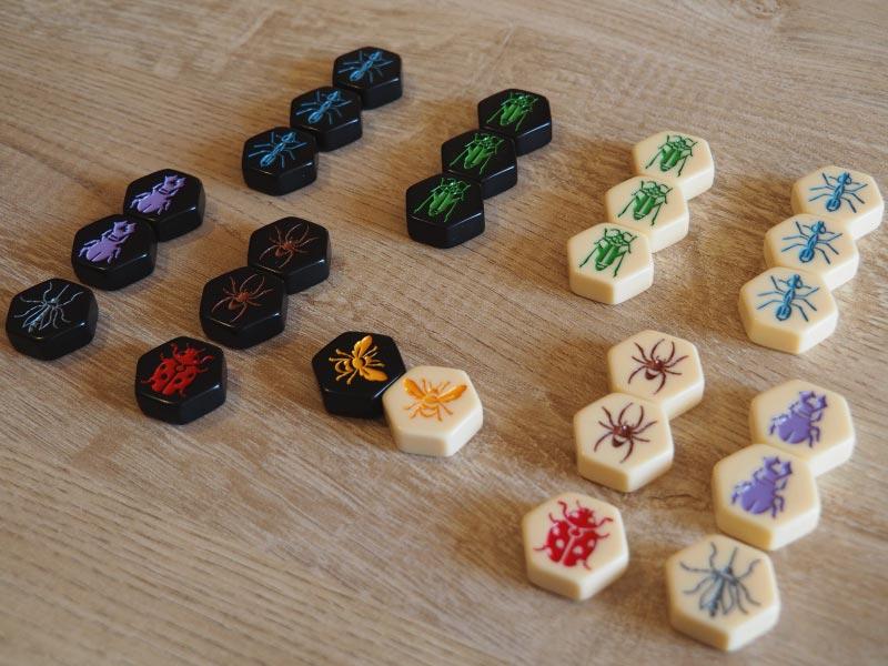 Cada jugador dispondrá en Hive Pocket de 13 fichas (hay dos expansiones incluidas)