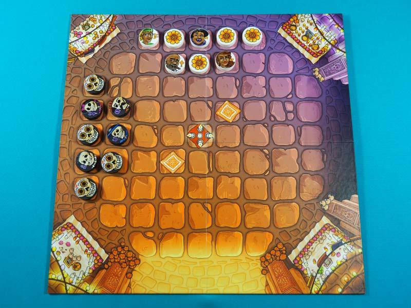 Tablero listo para una partida a esta combinación de damas y ajedrez