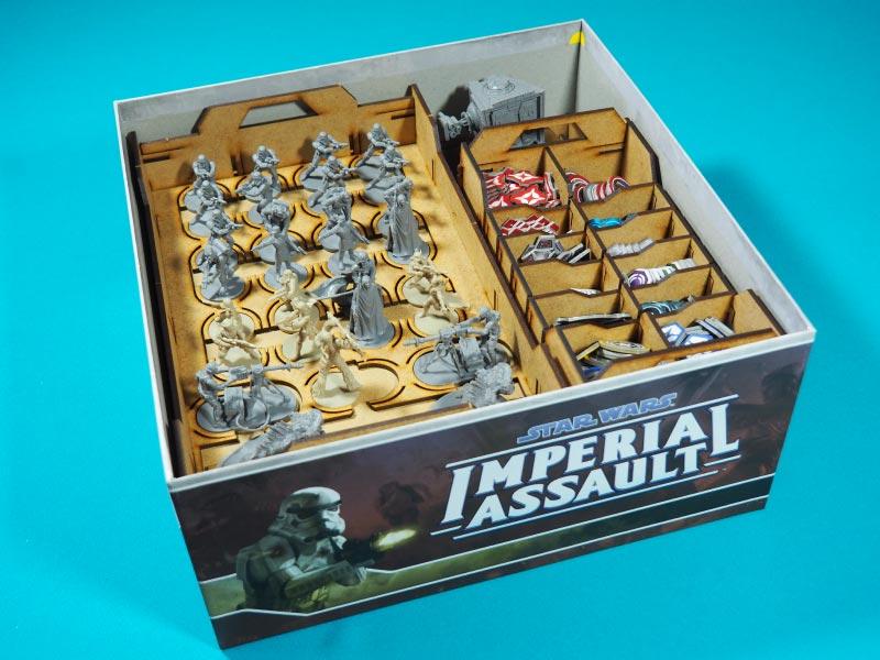 Insertos organizados y encajados en la propia caja