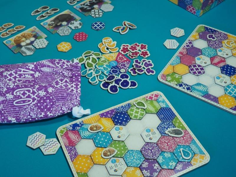 Despliegue de componentes en mesa durante la partida
