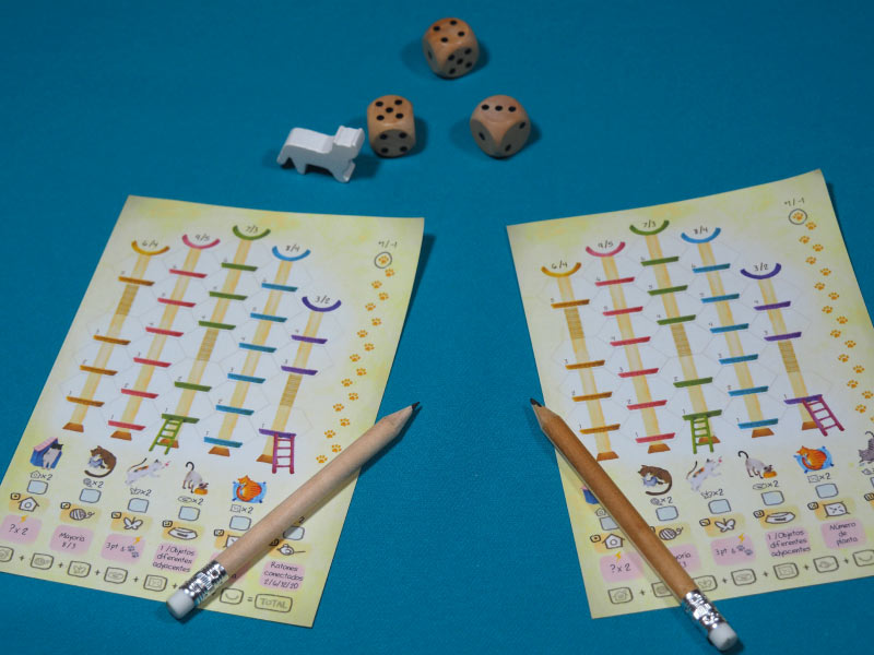 Lápices y uñas afiladas para una partida a dos