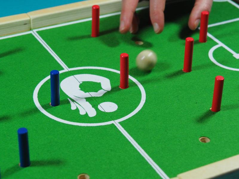 Golpeando la pelota en busca de la portería rival