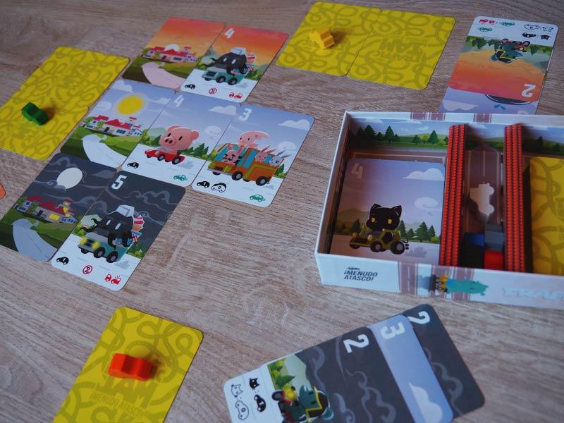 Jugando una partida al juego de mesa Traffic Jam de Zacatrus