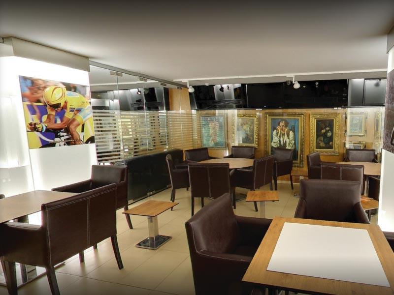 Jugar a juegos de mesa en Continental Café Pub de Granada