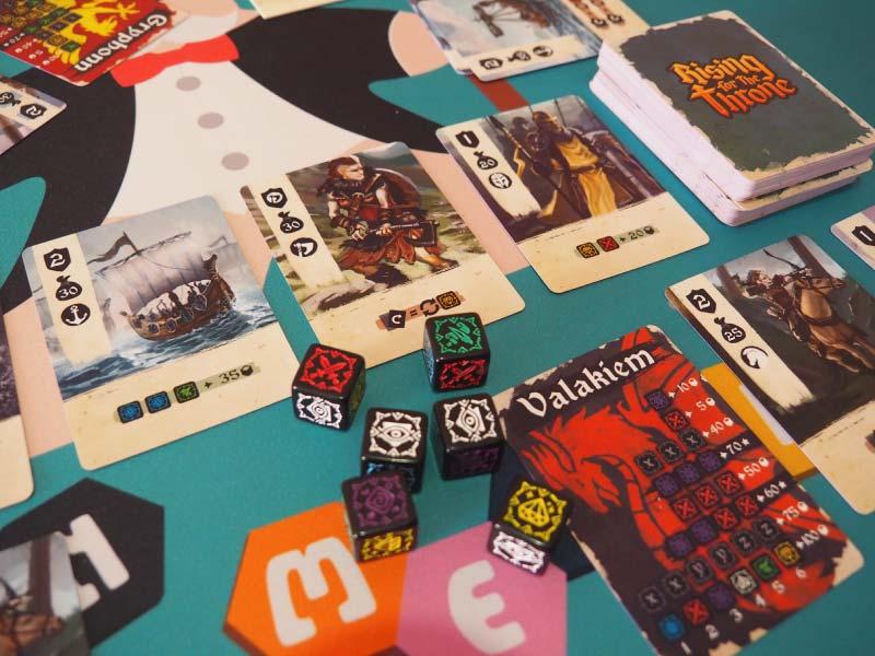 Jugando una partida al juego de mesa Rising for the Throne