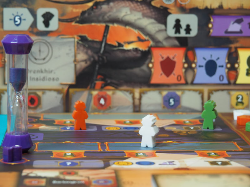 Área de acción púrpura con trabajadores grandes de cada jugador